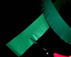 Bild vom Schneiden des grünen Tonpapiers