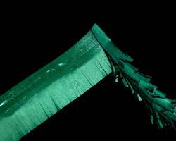 Bild vom Kleben eines Tannenasts aus Tonpapier