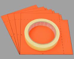 Bild von vier ausgeschnittenen Schablonen und einer Rolle Malerkrepp