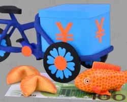 Bild von selbst gebasteltem Fahrrad. Chinesisches Geldgeschenk mit Goldfisch und Glückskeksen. Arrangement gebastelt von Veronika Vetter Fine Art Künstlerin