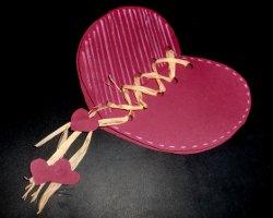 Geschnürrte Herzkarte mit Naturbast