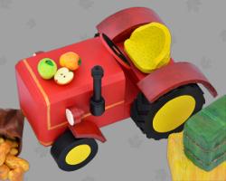 Bild von einem selbst gebastelten Traktor. Dekoration für den Kirchenaltar zum Erntedankfest. Empfohlen vom Kirchenstift Maria Gail. Foto von Veronika Vetter Fine Art Künstlerin